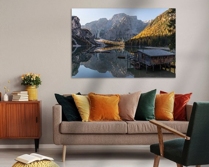 Sfeerimpressie: Huis aan het meer- Lago di Braies, Dolomieten, Italië van Thijs van den Broek