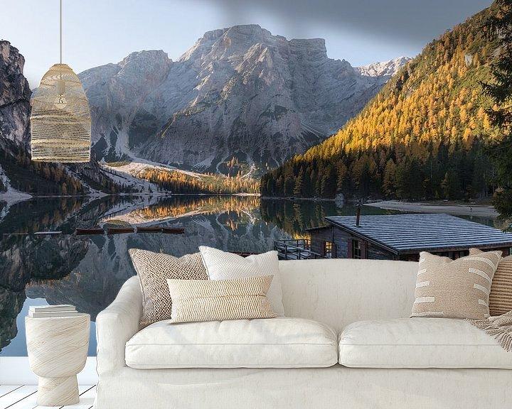 Sfeerimpressie behang: Huis aan het meer- Lago di Braies, Dolomieten, Italië van Thijs van den Broek