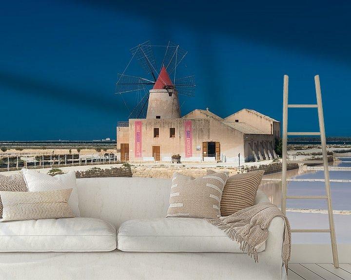 Sfeerimpressie behang: Traditionele molen en zoutpannen van Trapani op Sicilië van iPics Photography