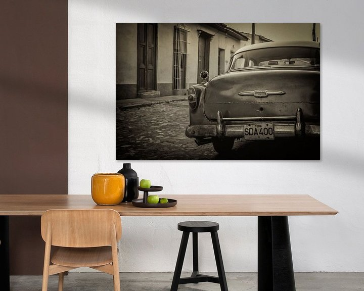 Sfeerimpressie: Oldtimer auto in de straten van Havana, Cuba van Original Mostert Photography