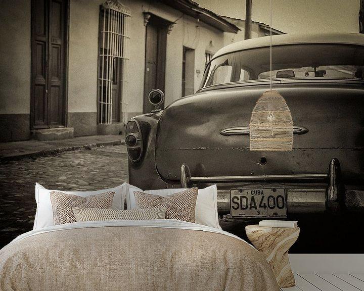 Sfeerimpressie behang: Oldtimer auto in de straten van Havana, Cuba van Original Mostert Photography
