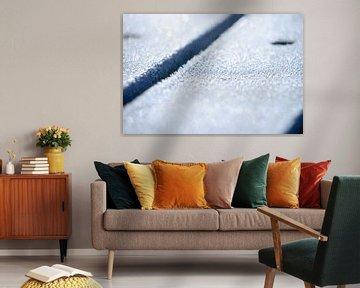 IJskristallen op een houten planken tafel, ijs en water bevroren, abstract van Fotografiecor .nl