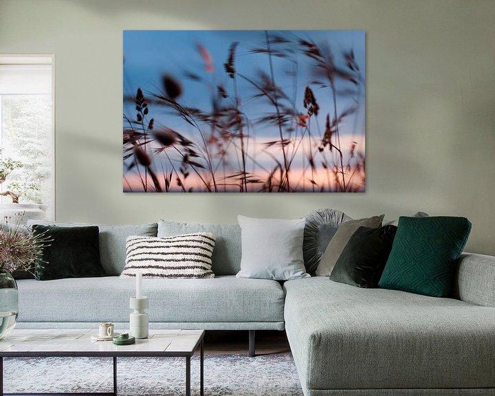 Sfeerimpressie: Wuivende grashalmen aan de kust, met zonsondergang  van Margo Schoote
