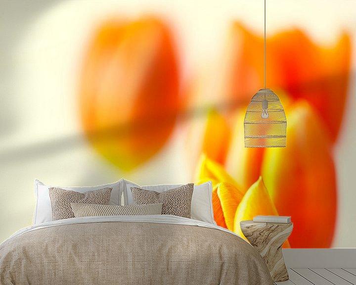Sfeerimpressie behang: Oranje tulpen van Maerten Prins