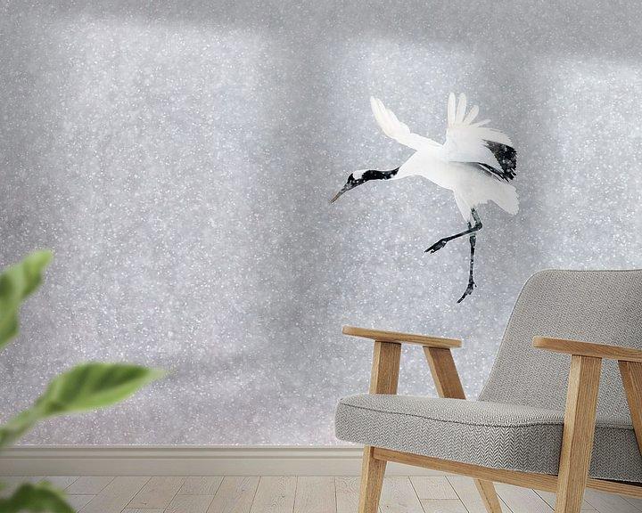 Sfeerimpressie behang: Chinese Kraanvogel vliegend in sneeuwbui van AGAMI Photo Agency