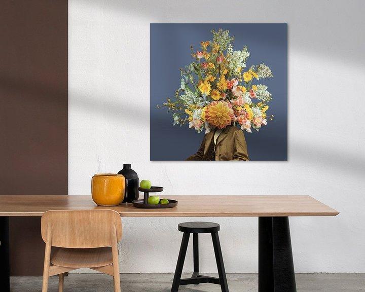 Sfeerimpressie: Zelfportret met bloemen (blauwe achtergrond) van toon joosen