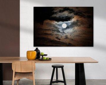 Maan verlicht kleurrijk de wolken van Robert de Jong