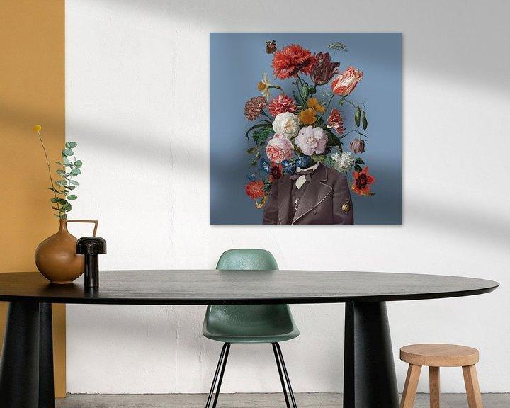 Sfeerimpressie: Zelfportret met bloemen 3 (blauwe achtergrond) van toon joosen