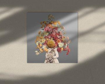 Zelfportret met bloemen 1 (grijze achtergrond) von toon joosen