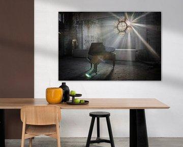 Piano met zonnestralen door glas in loodraam van Inge van den Brande