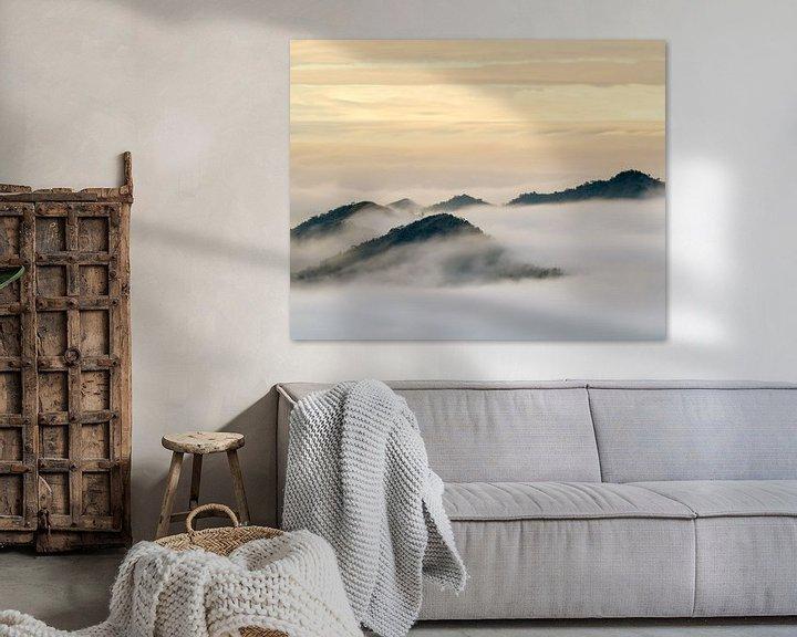 Sfeerimpressie: Een zee van wolken rond de bergtoppen van Alishan van Jos Pannekoek
