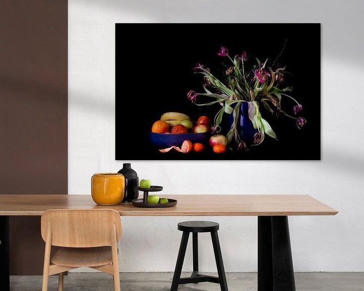 Sfeerimpressie: Stilleven met gepelde mandarijn van Maerten Prins