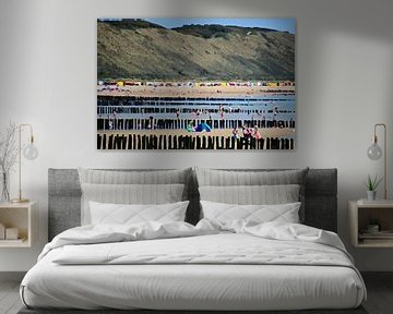 Zoutelande Zeeland het strand van Zoutelande met strandgasten golfbrekers en duinen