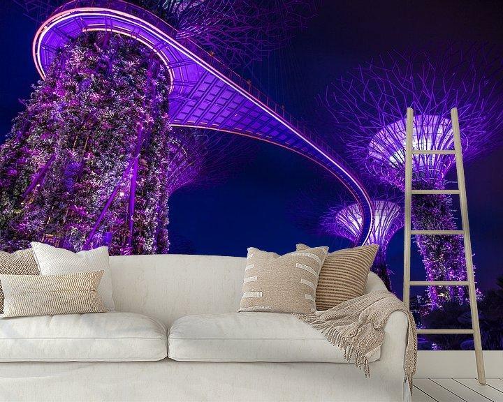 Sfeerimpressie behang: Singapore Marina Bay Gardens Skywalk by night van Yannick Karnas
