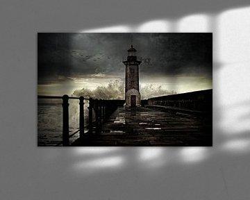 Vuurtoren voor de kust bij Porto, Portugal........ van Wim Schuurmans