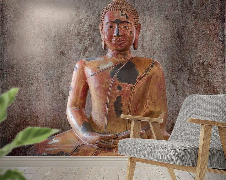 Sfeerimpressie behang: Houten Boeddhabeeld, Cambodja van Rietje Bulthuis