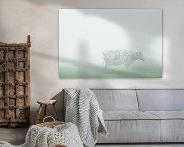 koe starend in de mist von Karin in't Hout