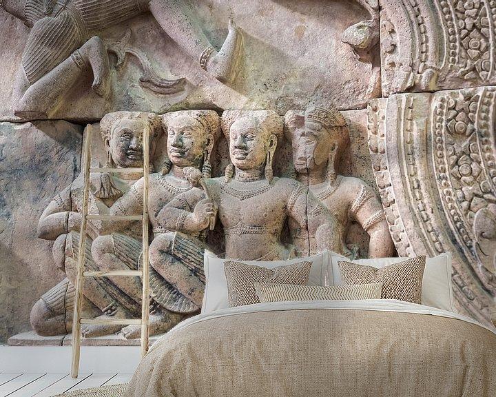 Sfeerimpressie behang: Reliëf met Apsara in de tempel, Cambodja van Rietje Bulthuis