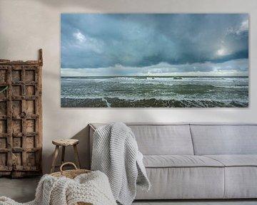 Dreigende Lucht boven een Kalme Zee (2) van Dirk Huckriede