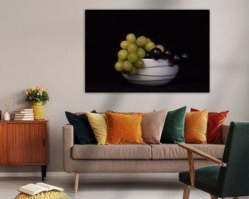 Schaal met verse witte en blauwe druiven van Cilia Brandts