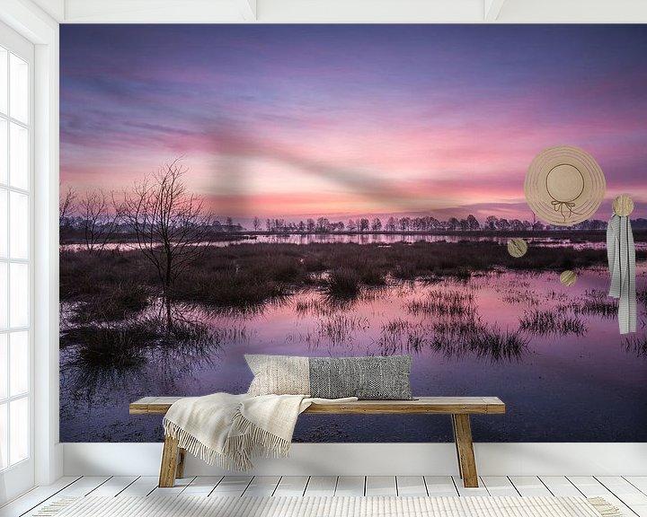 Sfeerimpressie behang: Blauw roze kleurende lucht bij zonsopkomst van Anneke Hooijer