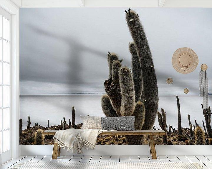 Sfeerimpressie behang: Cactus in Salar de Uyuni van Arno Maetens