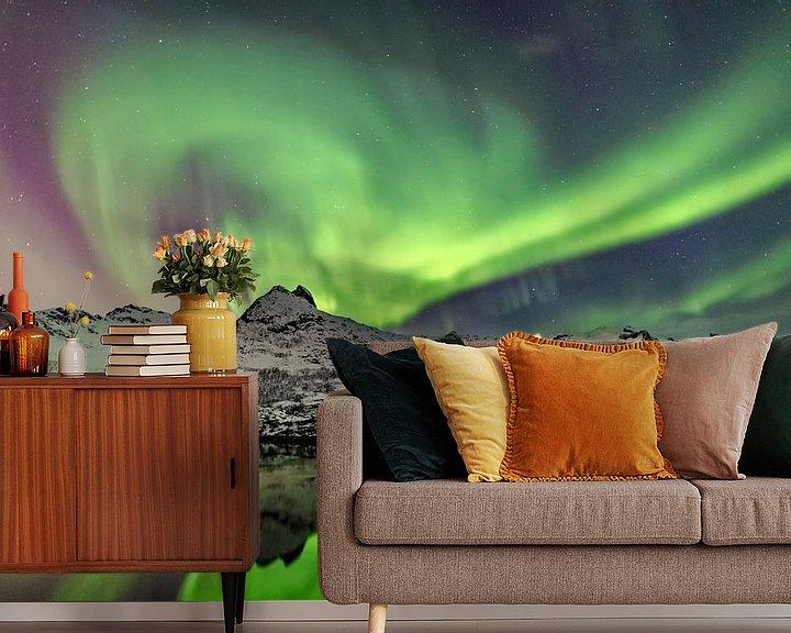 Sfeerimpressie behang: Noorderlicht, poollicht of Aurora Borealis in de nachtelijke hemel boven de Lofoten in Noorwegen van Sjoerd van der Wal