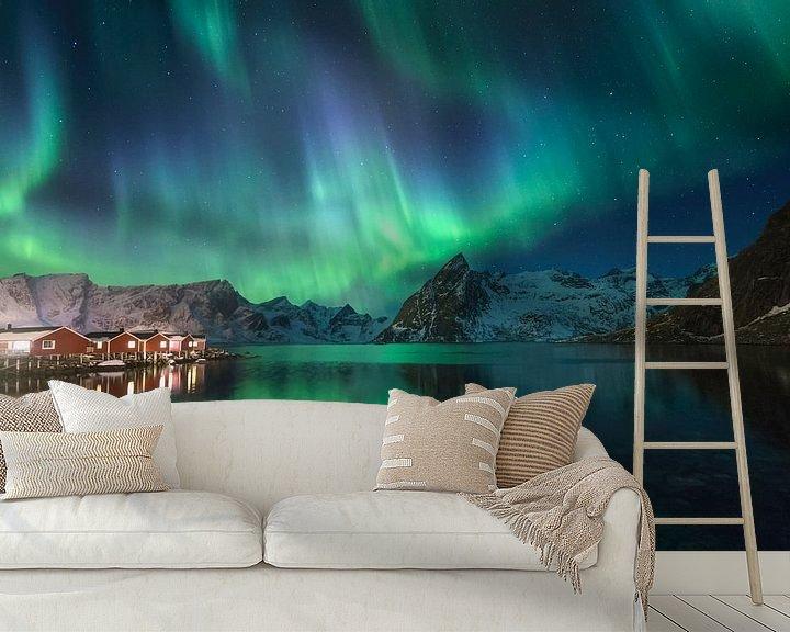 Sfeerimpressie behang: Noorderlicht in Hamnoy (Lofoten). van Sven Broeckx