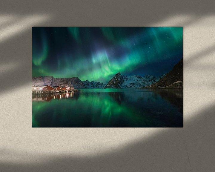 Sfeerimpressie: Noorderlicht in Hamnoy (Lofoten). van Sven Broeckx