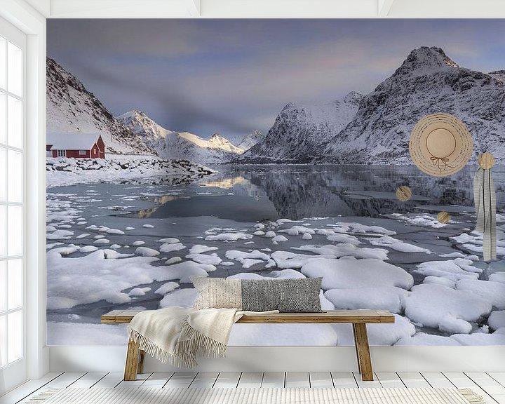 Sfeerimpressie behang: Flakstad Fjord (Lofoten) van Sven Broeckx