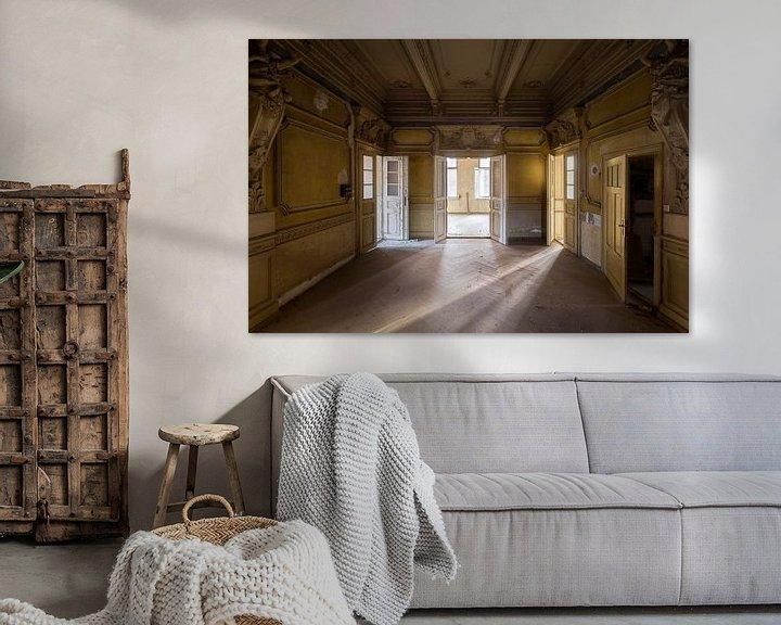 Sfeerimpressie: Licht in een Verlaten Villa. van Roman Robroek