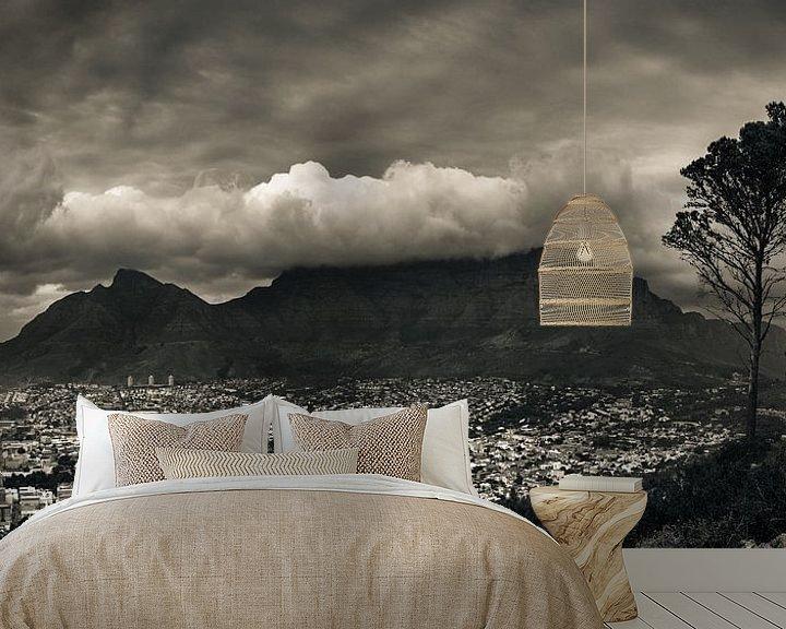 Sfeerimpressie behang: De tafelberg bedekt in een wolkenpak, Kaapstad, Zuid Afrika. van Stef Kuipers