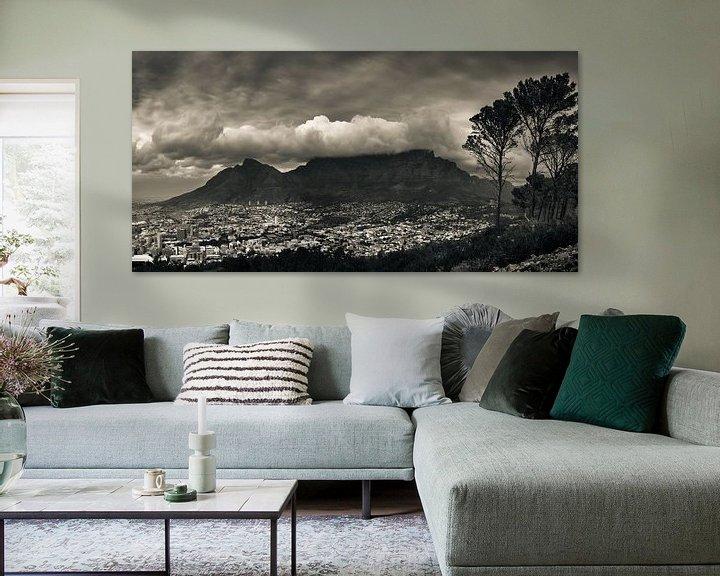 Sfeerimpressie: De tafelberg bedekt in een wolkenpak, Kaapstad, Zuid Afrika. van Stef Kuipers