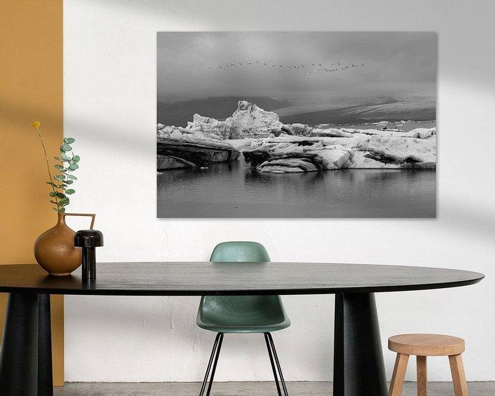 Impression: Jökulsárlón Glacier Lagoon met overvliegende zwanen sur Anneke Hooijer