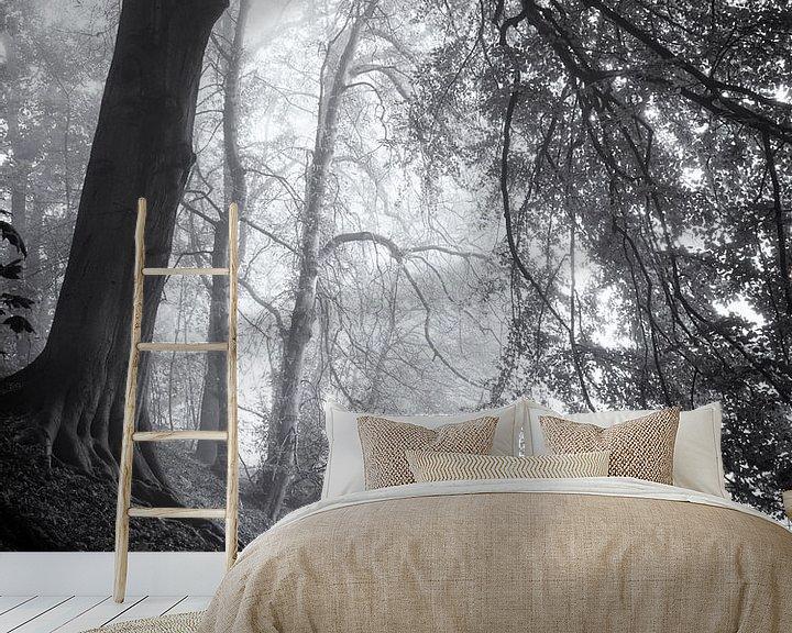 Sfeerimpressie behang: Bospad in de mist van Paul Beentjes
