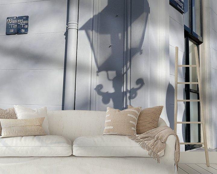 Sfeerimpressie behang: Schaduw van straatlantaarn op hoek Brigittenstraat met Lepelenburg in Utrecht van In Utrecht
