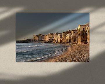 Küstendorf Cefalu in Sizilien im Sonnenunterganglicht von iPics Photography