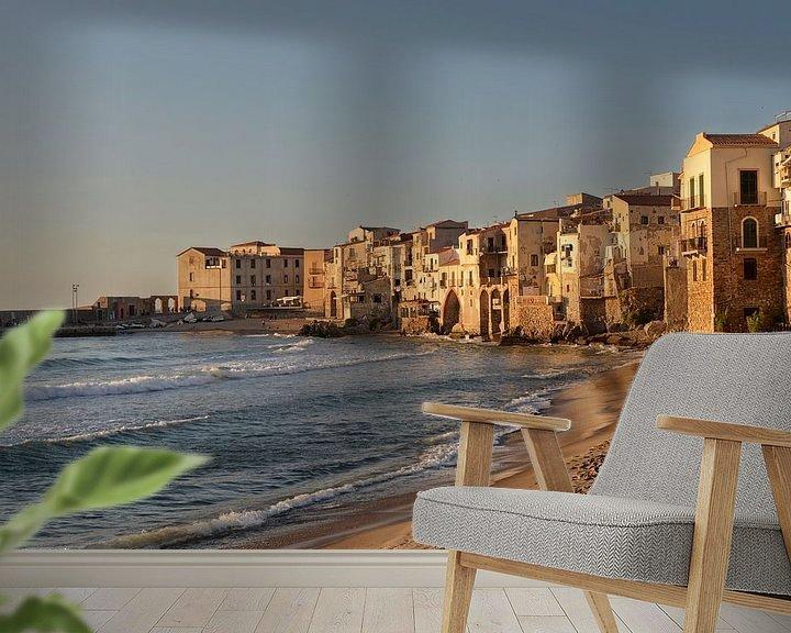 Sfeerimpressie behang: Strand en de huizen van Cefalu op Sicilië in het laatste zonlicht van iPics Photography