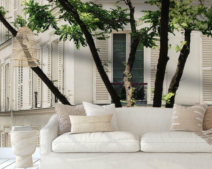 Sfeerimpressie behang: witte luiken in Parijs van Huib Vintges