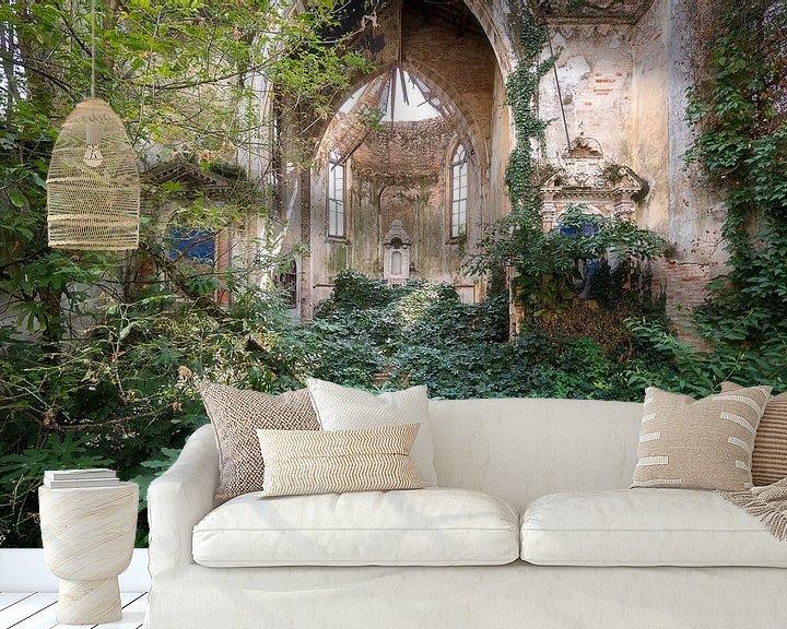 Sfeerimpressie behang: Verlaten Kerk Overgenomen door Planten. van Roman Robroek