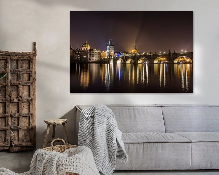 Sfeerimpressie: Scenic view van de schitterende gouden stad Praag en de schitterende spiegeling van de Karelsbrug in van Original Mostert Photography