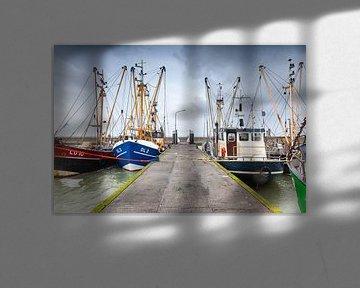 Viskotters in de Waddenzee haven van Lauwersoog in Groningen van Evert Jan Luchies