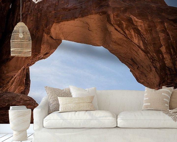 Sfeerimpressie behang: Avontuurlijk klimmen tussen bogen in Arches NP USA van Cathy Php