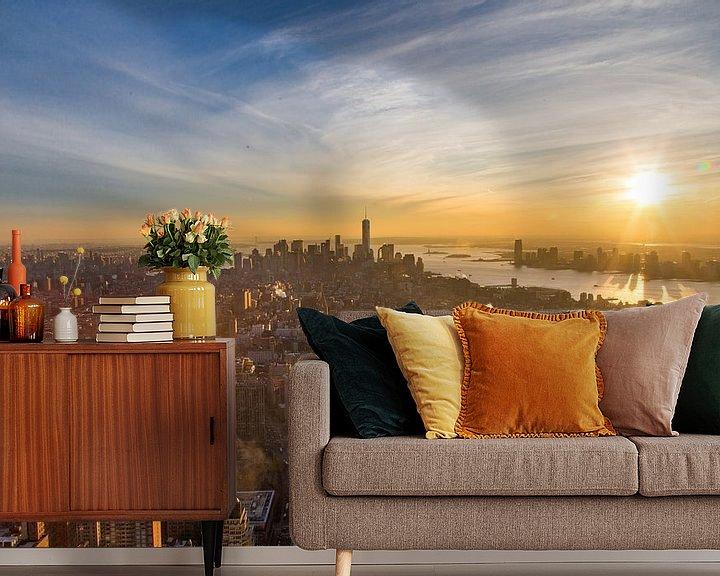 Sfeerimpressie behang: Manhattan skyline zonsondergang van Sjoerd Tullenaar