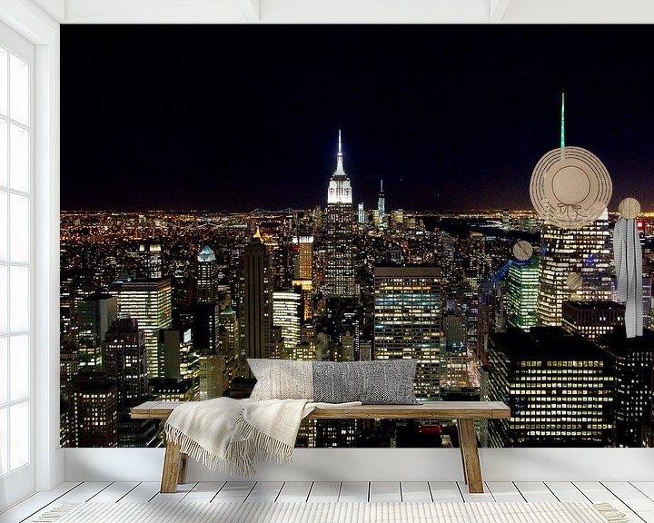 Sfeerimpressie behang: Manhattan by night van Sjoerd Tullenaar
