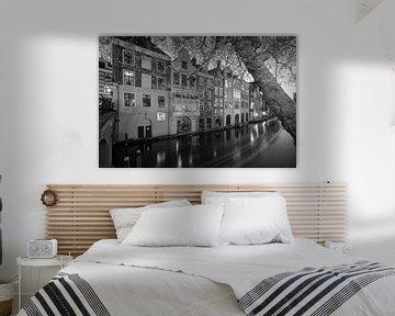 De Oudegracht en grachtenpanden gezien vanaf de Gaardbrug in Utrecht in het avondlicht (monochroom)