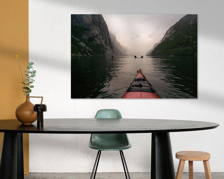 Sfeerimpressie: Uitzicht vanuit een rode kajak in het Lysefjord in Noorwegen tijdens een kanotocht van Sjoerd van der Wal