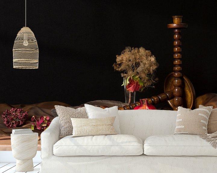 Sfeerimpressie behang: Stilleven met granaatappel van Fleur Halkema