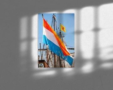 Grote wapperende Nederlandse vlag aan een oud zeilschip van Fotografiecor .nl