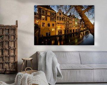 De Oudegracht en grachtenpanden gezien vanaf de Gaardbrug in Utrecht in het avondlicht (kleur)